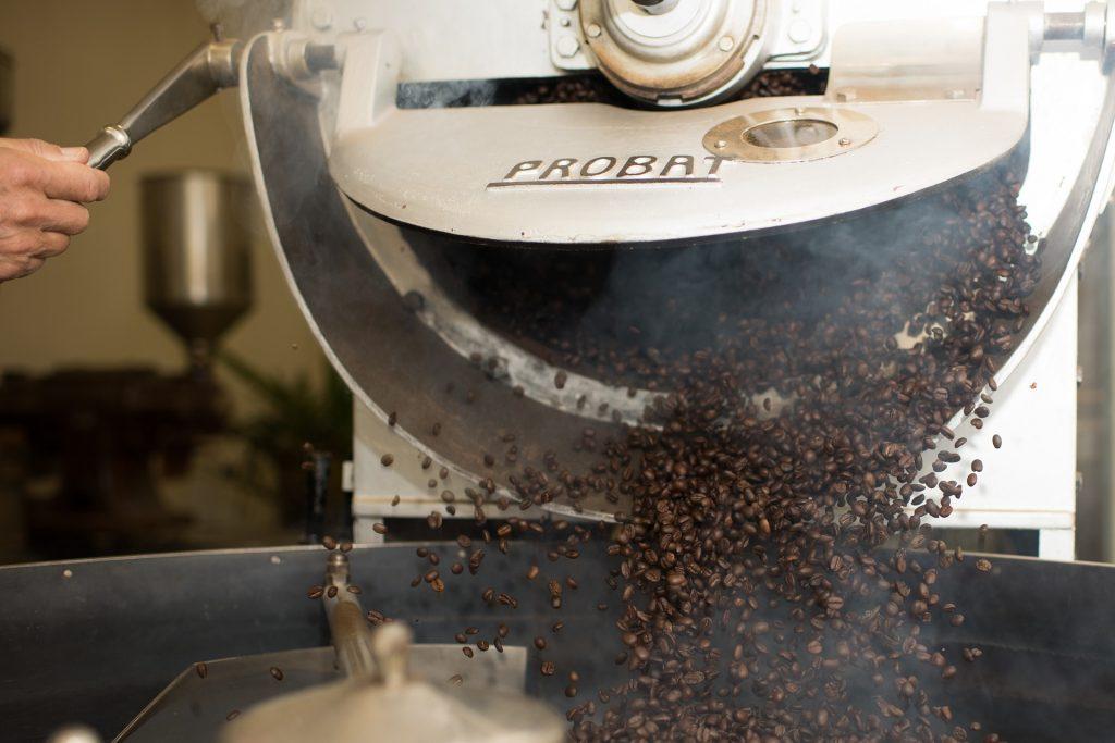 menggiling kopi