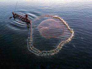 memancing dengan jaring