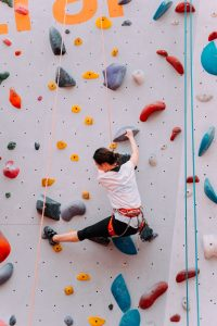 memanjat dinding batu